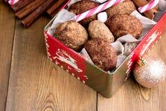 Biscotti della cannella di Natale nel fondo di legno della caramella gommosa e molle del bastoncino di zucchero della cannella di Fotografia Stock Libera da Diritti