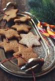 Biscotti della cannella di Natale, succhiando caramella e le decorazioni del nuovo anno Immagini Stock Libere da Diritti