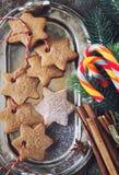 Biscotti della cannella di Natale, succhiando caramella ed i decori del nuovo anno Fotografia Stock