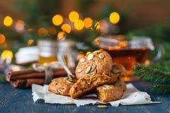 Biscotti della cannella di Natale, succhiando la decorazione del ` del nuovo anno e della caramella s sul vassoio d'annata Fotografie Stock