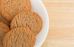 Biscotti della cannella e dello zucchero bruno su un piatto Immagini Stock Libere da Diritti