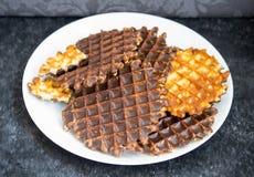 Biscotti della cialda con cioccolato su un fondo nero Fotografia Stock