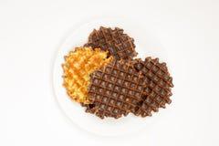 Biscotti della cialda con cioccolato su un piatto bianco Immagini Stock Libere da Diritti