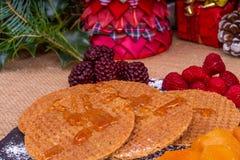 Biscotti della cialda con sciroppo d'acero fotografia stock