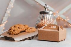 Biscotti della composizione con le bacche, la banca e tre Immagini Stock