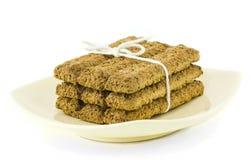 Biscotti della crusca - legati sul piatto della vaniglia immagine stock libera da diritti
