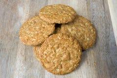Biscotti della farina d'avena sul bordo di legno Fotografia Stock