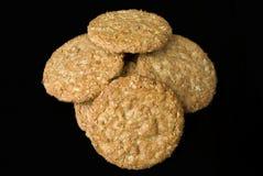 Biscotti della farina d'avena sul bordo di legno isolato sul nero Immagini Stock Libere da Diritti