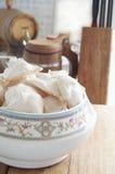 Biscotti della meringa in un vaso su un tagliere di legno Fotografie Stock Libere da Diritti