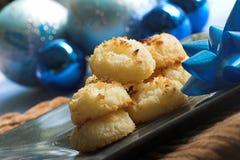 Biscotti della noce di cocco con la decorazione di natale fotografie stock