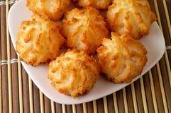 Biscotti della noce di cocco in un piatto Fotografia Stock