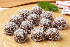 Biscotti della palla di neve della noce di cocco del cioccolato Fotografia Stock Libera da Diritti