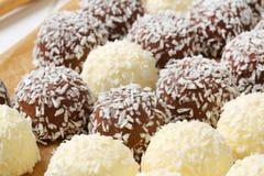 Biscotti della palla di neve della noce di cocco del cioccolato Immagini Stock Libere da Diritti