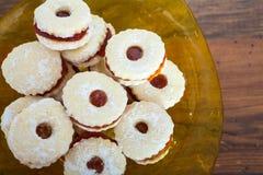 Biscotti della pasta sfoglia riempiti di inceppamento di fragola Fotografia Stock Libera da Diritti