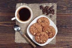 Biscotti della tazza e del cioccolato di caffè fotografia stock