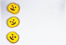 Biscotti della zucca di Halloween su un fondo bianco Fotografia Stock