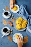 Biscotti della zucca di pepita di cioccolato con le tazze di caffè Immagine Stock Libera da Diritti