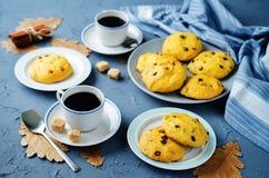 Biscotti della zucca di pepita di cioccolato con le tazze di caffè Fotografia Stock
