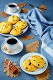 Biscotti della zucca di pepita di cioccolato con le tazze di caffè Fotografie Stock Libere da Diritti
