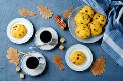 Biscotti della zucca di pepita di cioccolato con le tazze di caffè Fotografia Stock Libera da Diritti