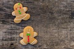 Biscotti delle coppie del pan di zenzero di Natale sulla tavola di legno rustica Fotografia Stock