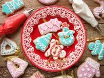 Biscotti dello zenzero con glassa Fotografie Stock
