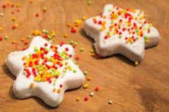 Biscotti dello zenzero in glassa e palle dolci colorate al Natale Fotografie Stock Libere da Diritti