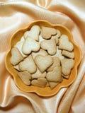 Biscotti dello zenzero sotto forma di cuore Fotografia Stock