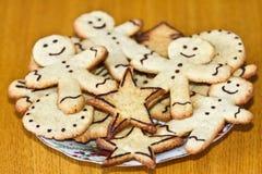 Biscotti dello zenzero su una zolla Fotografia Stock Libera da Diritti