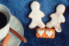 Biscotti dello zenzero in una ciotola sul tessuto blu Immagini Stock