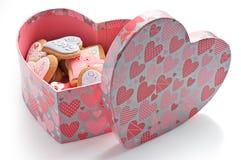 Biscotti di amore in casella dentellare del cuore immagini stock libere da diritti