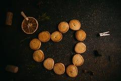 Biscotti di amore di cottura per il giorno di biglietti di S. Valentino fotografie stock