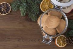 Biscotti di biscotto al burro, biscotti in barattolo di vetro, tavola di legno Biscotti di Natale Copi lo spazio fotografia stock