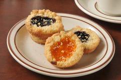 Biscotti di biscotto al burro riempiti inceppamento gastronomico Fotografia Stock