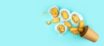 Biscotti di biscotto al burro in zucchero su un fondo blu immagini stock libere da diritti