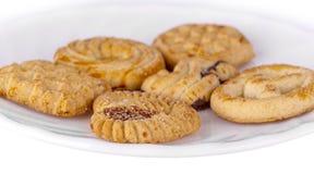 Biscotti di burro di arachidi casalinghi sul piatto bianco fotografia stock