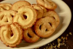 Biscotti di burro danesi sul piatto bianco Fotografia Stock Libera da Diritti