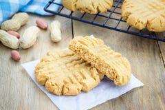 Biscotti di burro di arachidi di recente al forno su uno scaffale di raffreddamento fotografie stock libere da diritti
