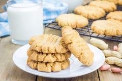 Biscotti di burro di arachidi di recente al forno su uno scaffale di raffreddamento immagine stock