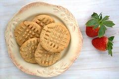 Biscotti di burro di arachidi su fondo bianco rustico Immagine Stock