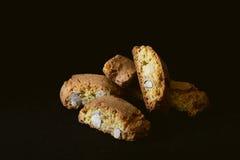 Biscotti di Cantuccini su fondo nero Fotografie Stock