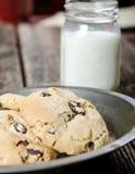 Biscotti di ChocolateChip e dessert del latte Fotografia Stock Libera da Diritti