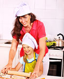 Biscotti di cottura del nipote e della madre. Fotografia Stock