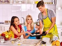 Biscotti di cottura dell'uomo e della ragazza in forno Fotografia Stock