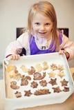 Biscotti di cottura della bambina Fotografia Stock