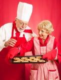 Biscotti di cottura della casalinga e del cuoco unico immagine stock