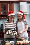 Biscotti di cottura della famiglia immagini stock