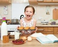 Biscotti di cottura della ragazza Interno domestico della cucina Concetto sano dell'alimento immagini stock libere da diritti