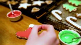 Biscotti di fabbricazione e di verniciatura del pan di zenzero per la festa archivi video