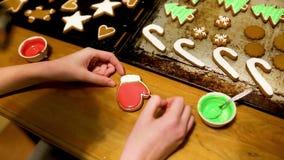 Biscotti di fabbricazione e di verniciatura del pan di zenzero per la festa video d archivio